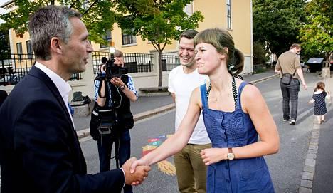 Norjan pääministeri Jens Stoltenberg pysähtyi rupattelemaan oslolaisen Johanne Fronth-Nygrenin ja vestfoldilaisen Jonas Berelsen Engenin kanssa ennen kuin antoi äänensä Norjan parlamenttivaaleissa sunnuntaina.