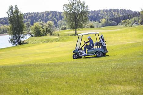 Kim Koivu kiersi golfautolla Kytäjän kentän uusitulla South East -kentällä.