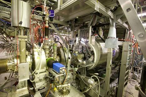 Cernin Alpha-kokeessa tutkijat valmistavat ja vangitsevat antivetyatomeita ison tölkin sisällä olevaan magneettiloukkuun.