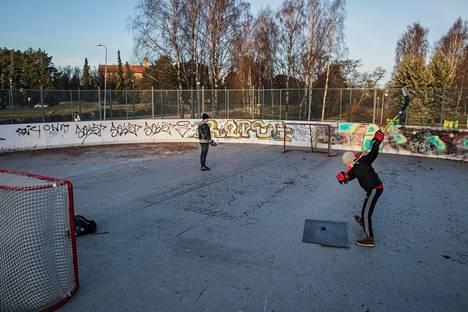 Harri Janhunen oli poikansa Kaarlon kanssa harjoittelemassa kiekon lyöntiä Helsingin Hietaniemen jäädyttämättömässä kaukalossa, asfalttipohjalla.
