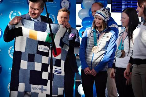 Tasavallan presidentti Sauli Niinistö sai urheilijoilta lahjaksi heidän kutomansa vauvanpeiton, joka valmistui lumilautailija Enni Rukajärven (kesk.) aloitteesta.