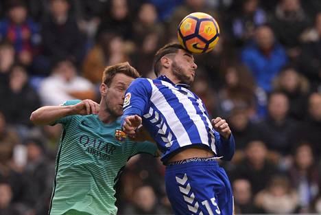 Barcelonan Ivan Rakitic (vas.) ja Alavesin Theo Hernandez kamppailivat pallosta.