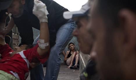 Hallituksen joukkojen iskussa loukkaantuneita syyrialaisia kuljetettiin kuorma-autolla sairaalaan viikonvaihteessa Aleppossa.