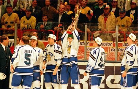 Kultajuhlaa Globenin jäällä Tukholmassa 7. toukokuuta 1995.