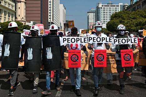 Mielenosoittajat protestoivat junttaa vastaan keskiviikkona Yangonissa.