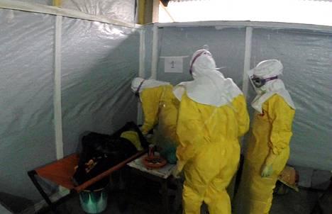 Lääkärit ilman rajoja -järjestön lääkärit ja sairaanhoitajat hoitivat Ebola-potilasta tiistaina Gueckedoussa.