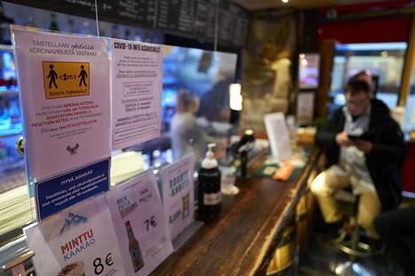 Ravintoloiden toimintaa on rajoitettu korona-aikaan useasti. Viime keväänä ravintolat suljettiin valmiuslain avulla koronatilanteen helpottamiseksi.
