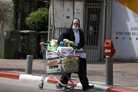 Bnei Barkin asukas hamstrasi kaupoista löytyneitä elintarvikkeita. Vain ruokakaupat ovat auki, ja kuljetukset niihin takkuilevat tiukan saarron takia.