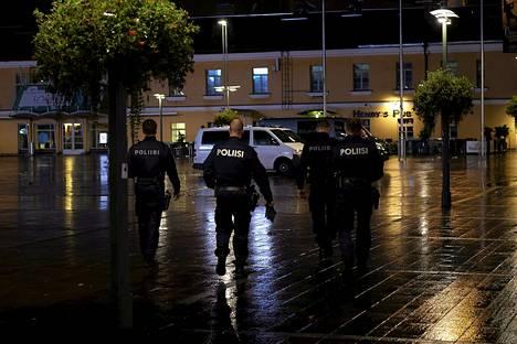 Poliisit partioivat aamuyöllä Kampin torilla.