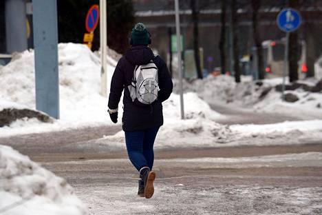Jalankulkusää on tiistaina vaarallinen maan länsiosissa Pirkanmaalla ja siitä länteen sekä etelään. Kuvassa jalankulkija Espoossa maanantaina, jolloin Ilmatieteen laitos varoitti myös huonosta jalankulkusäästä.