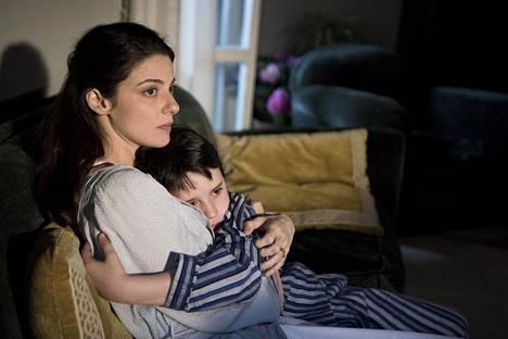 Barbara Ronchi esittää äitiä ja Nicolò Cabras Massimoa lapsena.