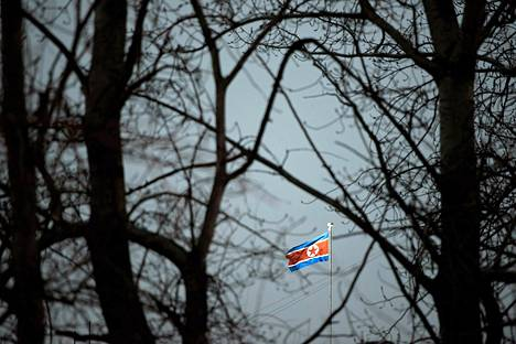 Pohjois-Korean lippu liehui maan Pekingin-lähetystössä Kiinassa tiistaina.