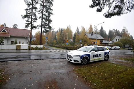 Poliisiauto onnettomuuden tapahtumapaikan läheisyydessä Erämiehenkadun ja Kahakadun risteysalueella.