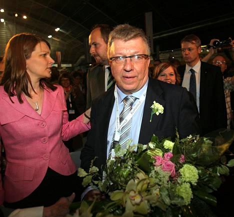 Timo Laaninen valittiin keskustan puoluesihteeriksi puoluekokouksessa 12. kesäkuuta 2010. Hänen rinnassaan oli limenvihreä neilikka.