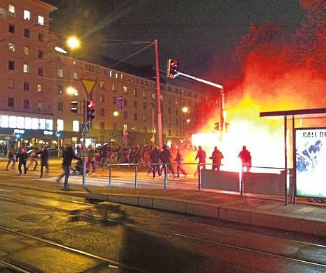 Soihdut paloivat kirkkaina fanien yhteenotossa.
