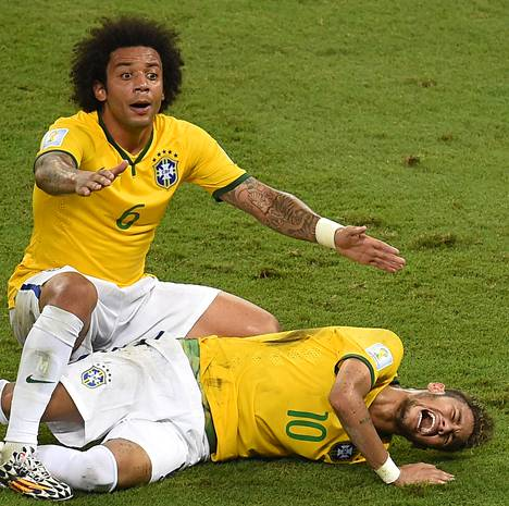 Marcelo huusi apua, kun loukkaantunut Neymar makasi nurmella.