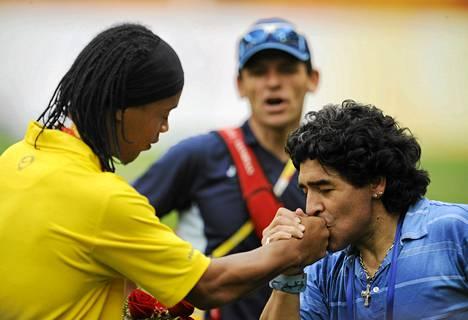 Ronaldinho ja Diego Maradona Pekingissä vuonna 2008.