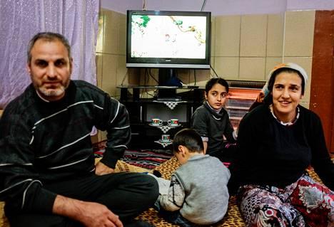 Seyfettin (vas.) ja Mensure Sizlananin perhe asuu keittiöstä ja yhdestä huoneesta muodostuvassa kodissa Kaakkois-Turkissa.