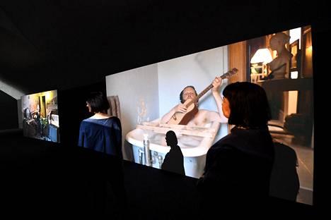 Kiasmassa esillä ollut Visitors-videoprojisointi on esimerkki ylistetystä yhteisöllisestä teoksesta.