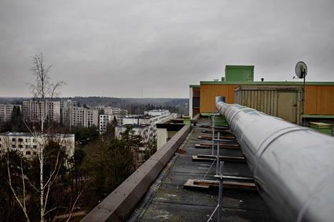 Maalämpöremontin yhteydessä espoolaisen kerrostaloyhtiön koneelliseen poistoilmanvaihtoon lisättiin lämmöntalteenotto, joka vähentää hukkalämpöä. Järjestelmän putket kulkevat talon katolla.