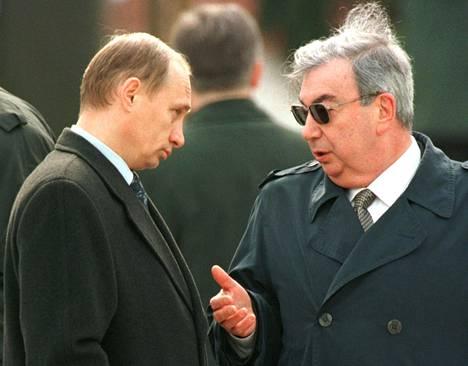 Kovassa nousukiidossa ollut Venäjän tiedustelupalvelun FSB:n johtaja Vladimir Putin ja pian erotetuksi tuleva pääministeri Jevgeni Primakov keskustelivat Moskovassa toukokuun alussa 1999.