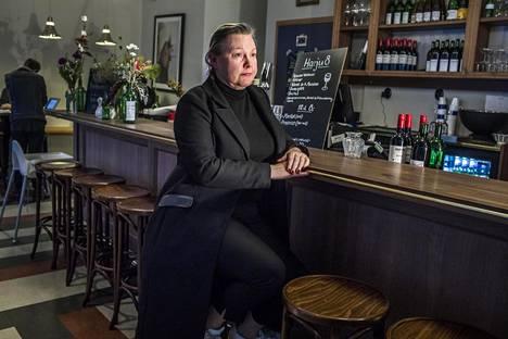 """Hannamari Viitanen toivoisi, että helsinkiläisravintoloista löytyisi istumapaikkoja myös ilman ystäviä tuleville ihmisille. Pöydät ovat yleensä täynnä, eikä baaritiskillekään mahdu istumaan. """"Olen miettinyt, missä on Helsingin pisin baaritiski. En ole löytänyt sitä vielä."""""""