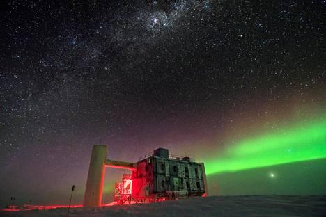 IceCube-neutriinoilmaisin on etelänavalla Amundsenin-Scottin havaintoasemalla.