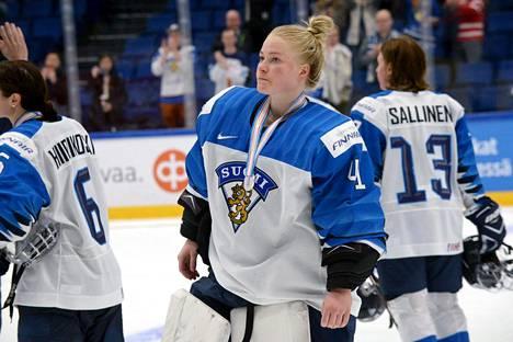 Maalivahti Noora Räty sai kaulaansa sunnuntaina MM-hopeamitalin.