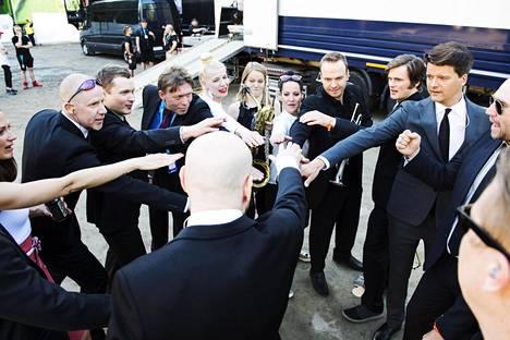Yhtyeen tsemppaushetki paluukeikalla Provinssirockissa 2017.