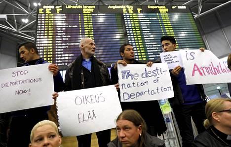 Helsinki-Vantaan lentoasemalla järjestettiin maanantai-iltana mielenosoitus turvapaikanhakijoiden palautusta vastaan.