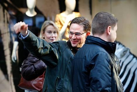 Pääministeri Jyrki Katainen jäi veitsivälikohtauksen jälkeen kokoomuksen vaalikojulle Turun kävelykadulle noin viideksi minuutiksi juttelemaan. Pois lähtiessään rauhallisen oloinen Katainen vilkutti.