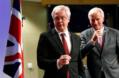 EU-komission pääneuvottelija Michel Barnier (oik.) ja Britannian brexit-ministeri David Davis kertoivat neuvotteluista lehdistötilaisuudessa Brysselissä.
