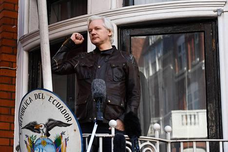 Julian Assange sai turvapaikan Ecuadorin presidentiltä Rafael Correalta. Kuvassa Assange puhuu Ecuadorin suurlähetystön parvekkeelta vuonna 2016.