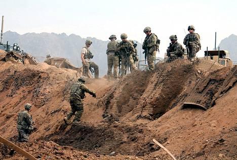Yhdysvaltalaiset sotilaat tutkivat itsemurhaiskun tapahtumapaikkaa lähellä Yhdysvaltojen tukikohtaa Kandaharissa Afganistanissa viime maanantaina.