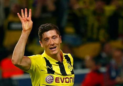 Dortmundin Robert Lewandowski näytti sormillaan, kuinka monta maalia tuli tehtyä Realia vastaan viime viikolla.