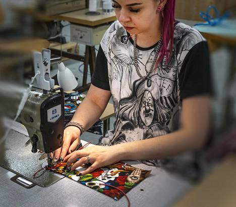 Dream Circuksen ompelija Noora Parkkinen ompelee kankaista kasvomaskia Varkaudessa. Yritys sai katettua ompelijoiden palkat kahdelta viikolta kansanmaskituotannon ansiosta.