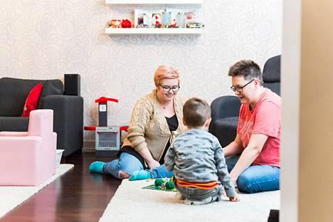 Siilinjärveläiset Niina ja Mia Pynnönen ovat iloisia siitä, ettei naispareja saa enää syrjiä julkisen terveydenhuollon hedelmöityshoidoissa. Yhden lapsen vanhemmat ovat käyneet aiemmin yksityisklinikoilla, joissa hoidot maksavat tuhansia euroja.