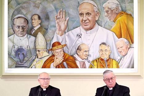 Chileläispiispat Fernando Ramos Pérez (vas.) ja Juan Ignacio González pitivät tiedotustilaisuuden Vatikaanissa maanantaina. Katolinen kirkko kävi kriisineuvotteluita Chilessä tapahtuneen hyväksikäyttöskandaalin vuoksi tällä viikolla.