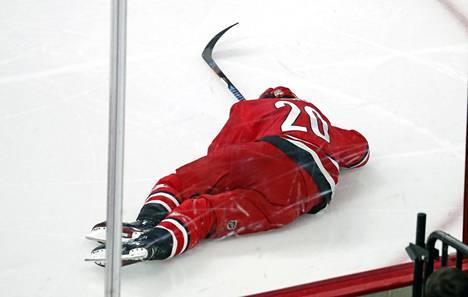 Sebastian Aho jäi jäähän makaamaan taklauksen jälkeen sunnuntai-iltana.
