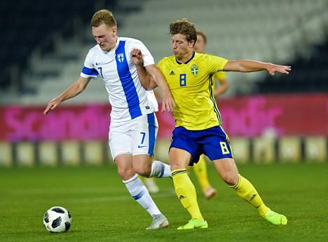 A-maajoukkueen Rasmus Karjalainen (vas.) kamppaili Ruotsin Alexander Franssonia vastaan Qatarin Dohassa tiistaina. Suomi voitti 1–0.