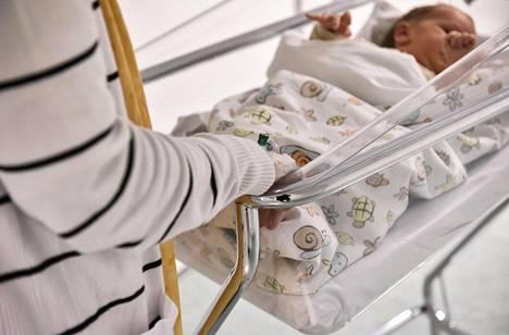 Synnytysvalmennuksia on vähennetty monin paikoin. Doula Salla Pyykkösen mielestä valmistautuminen synnytykseen antaa äidille itseluottamusta ja helpottaa synnyttämistä.