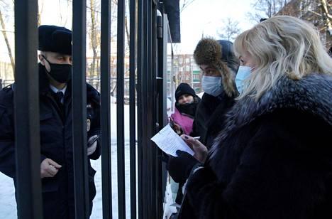 Aleksei Navalnyin asianajajat odottivat Himkin poliisiaseman ulkopuolella maanantaiaamuna pääsyä tapaamaan Navalnyitä.