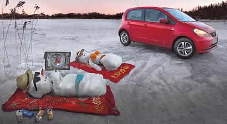 Lumiukot relaavat jäisen järven rannalla Seat Miin kanssa. Lisää Kimmo Taskisen toisenlaisia autokuvia osoitteessa HS.fi/autot.