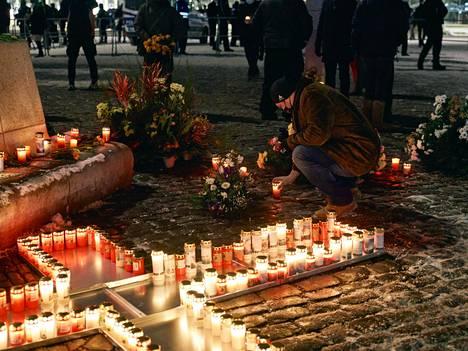 AfD järjesti Dresdenin pommituksen muistotilaisuuden Dresdenissä 13. helmikuuta. Tilaisuuteen osallistunut Tino Chrupalla on sanonut julkisuudessa, että pommituksen saksalaisuhrien määrää on pienennelty.