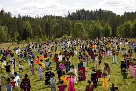 Reijo Kelan tunnettu tilataideteos Hiljainen Kansa on nähtävillä Suomussalmella, mistä Kela on kotoisin.
