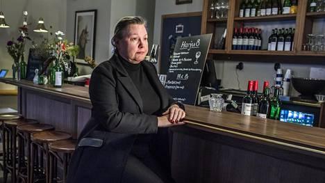 """Hannamari Viitanen toivoisi, että helsinkiläisravintoloista löytyisi istumapaikkoja myös ilman ystäviä tuleville ihmisille. Usein tuntuu, että siellä on vain toisten tiellä. """"Olen miettinyt, missä on Helsingin pisin baaritiski, mutta en ole löytänyt sitä."""""""