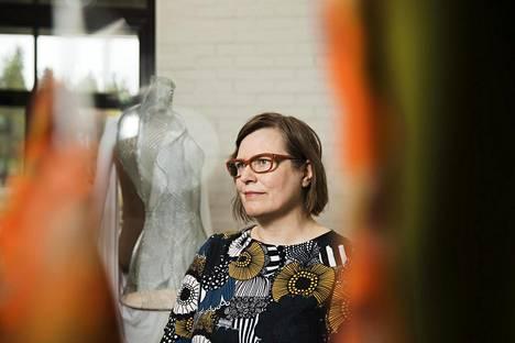 """""""Näin halpoja vaatteita, mitä meillä tällä hetkellä on, ei tulevaisuudessa voi olla"""", sanoo professori Kirsi Niinimäki Aalto-yliopistosta."""