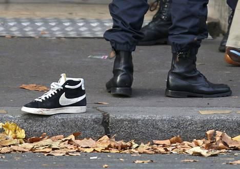 Hylätty kenkä jalkakäytävällä Bataclanin konserttisalin lähistöllä lauantaiaamuna.