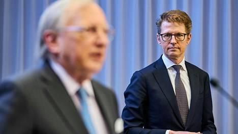 Adoptioselvitystä tehneen työryhmän johtaja Tjibbe Joustra ja Hollannin väistyvä oikeusturvaministeri Sander Dekker (oikealla) maanantaina 8. helmikuuta raportin julkaisutilaisuudessa Haagissa.