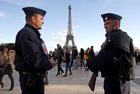 TERRORISMI NÄKYY ARJESSA. Ranskassa vuonna 2015 tehtyjen tuhoisten terrori-iskujen jälkeen poliisi on ollut yhä kiinteämpi osa turistien suosimilla paikoilla. Raskaasti aseistautuneet poliisit vartioivat Eiffel-tornin lähistöllä marraskuussa 2015 viikko rock-klubiin ja katukahviloihin tehdyn terrori-iskun jälkeen.